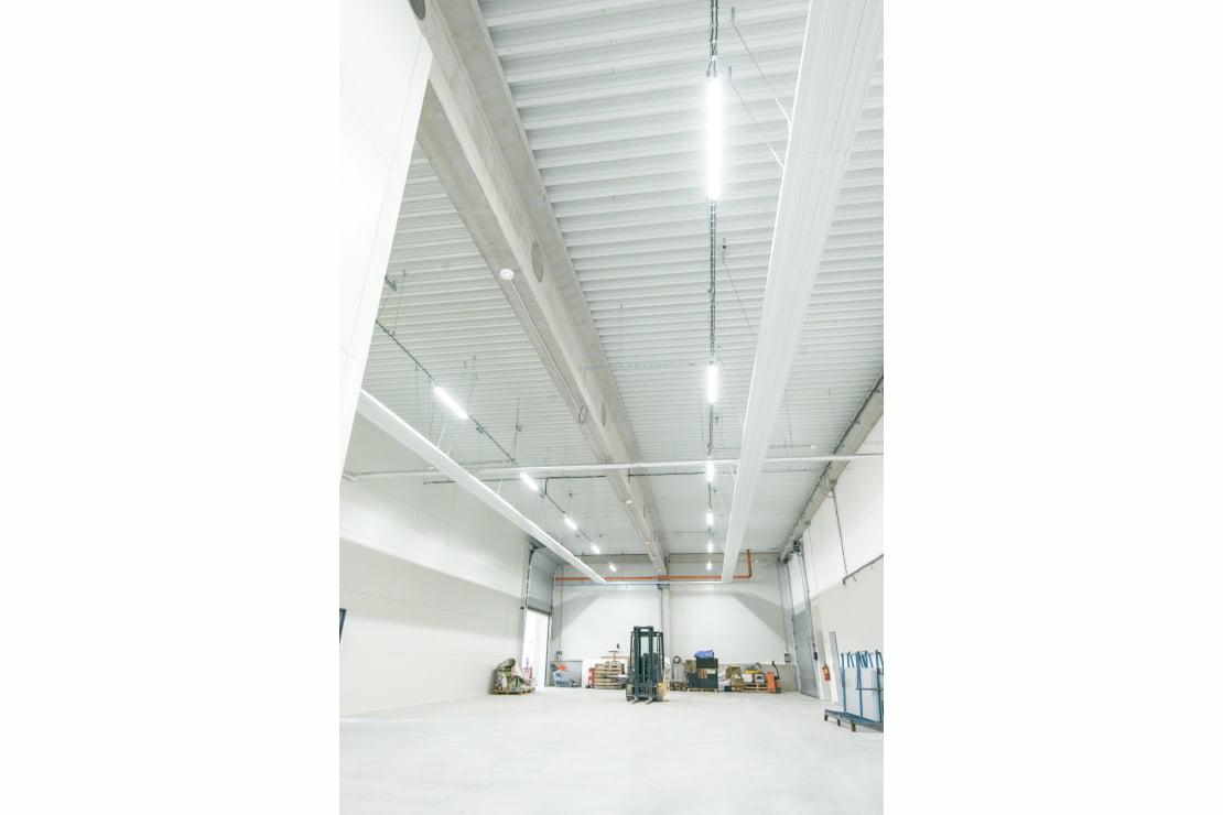 Továrna a kanceláře s řízením osvětlení